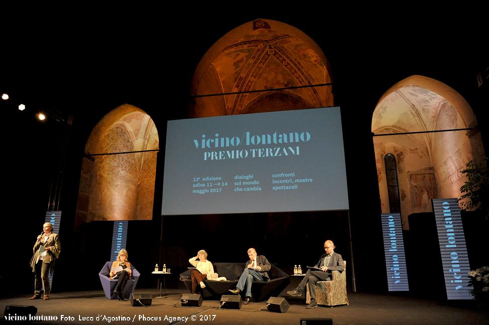 Udine, 13-05-2017 - VICINO LONTANO 2017 - Teatro Nuovo Giovanni Da Udine - Premio Terzani 2017 - con SORJ CHALANDON, ALBERTO NEGRI, ANGELA TERZANI STAUDE, FURIO HONSELL, AIDA TALLIENTE, PAOLO FAGIOLO, PAOLO FORTE, CLAUDIO DE MAGLIO, GIANNI CIANCHI - Serata per la premiazione di Sorj Chalandon - Premiano il vincitore Angela Terzani e il Sindaco di Udine Furio Honsell Sorj Chalandon dialoga con Alberto Negri Paolo Fagiolo e Aida Talliente leggono passi da La quarta parete Suggestioni musicali di Paolo Forte alla fisarmonica Claudio De Maglio conduce la serata Regia Gianni Cianchi  -  Foto © 2017 Paolo Jacob / Phocus Agency